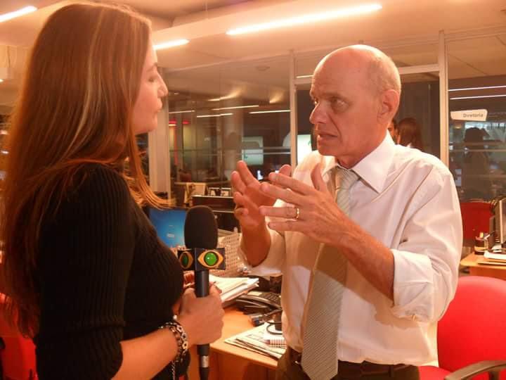 Ian Gomes entrevistando o jornalista Ricardo Boechat
