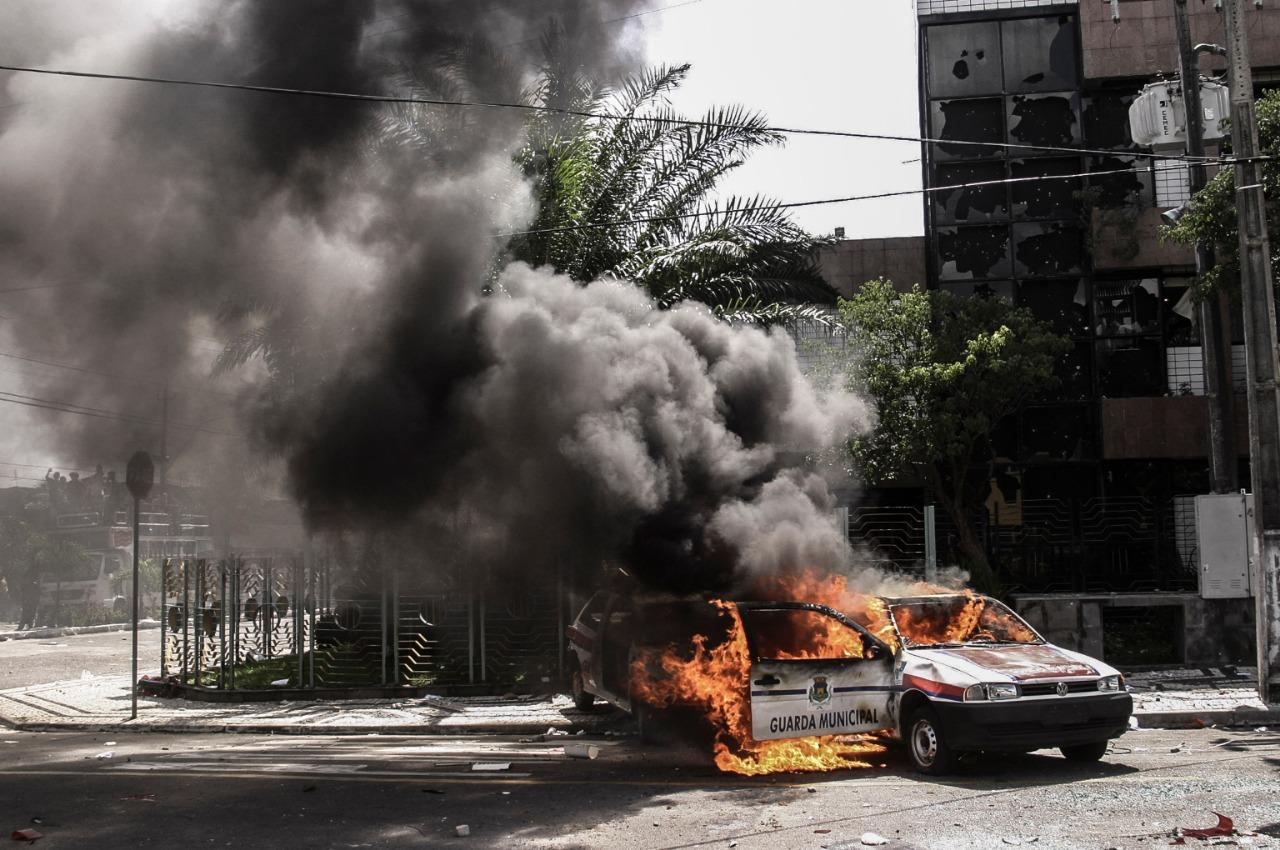 Viatura da Guarda Municipal incendiada por estudantes em protesto em Fortaleza (CE), na gestão Juraci Magalhães