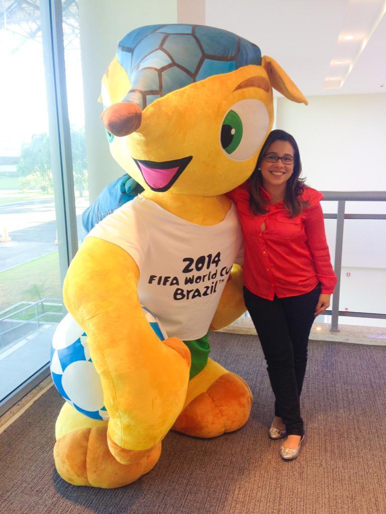 Lisiane Linhares com o mascote da Copa do Mundo