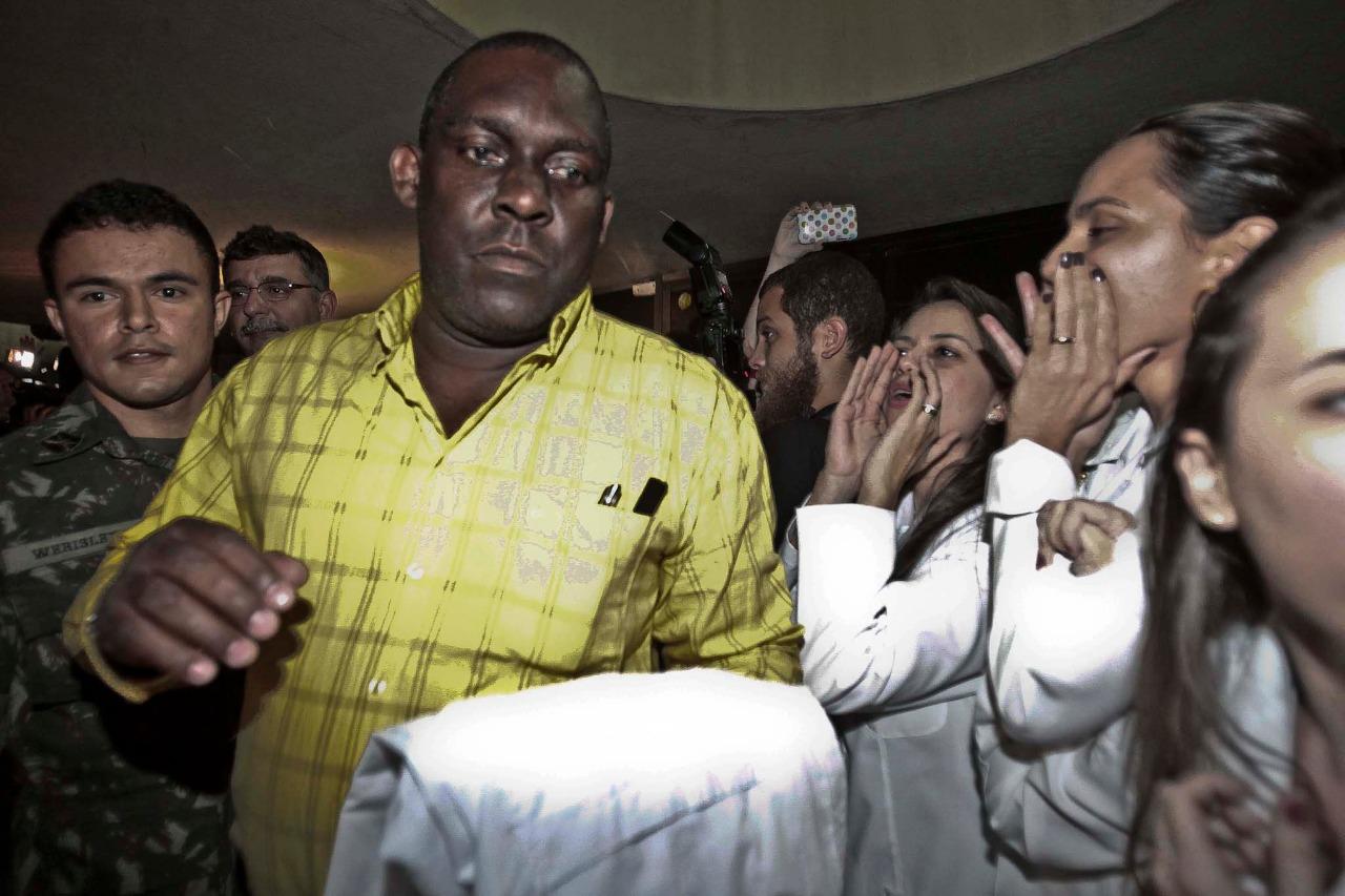 Médicos cubanos sendo hostilizados por médicos no Ceará, no início do Programa Mais Médicos