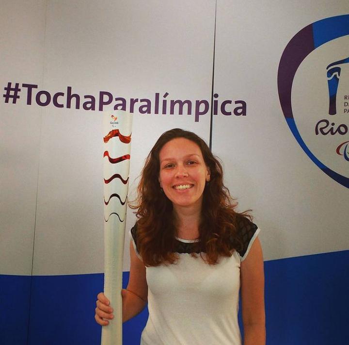 Samantha Albuquerque com a tocha Olímpica