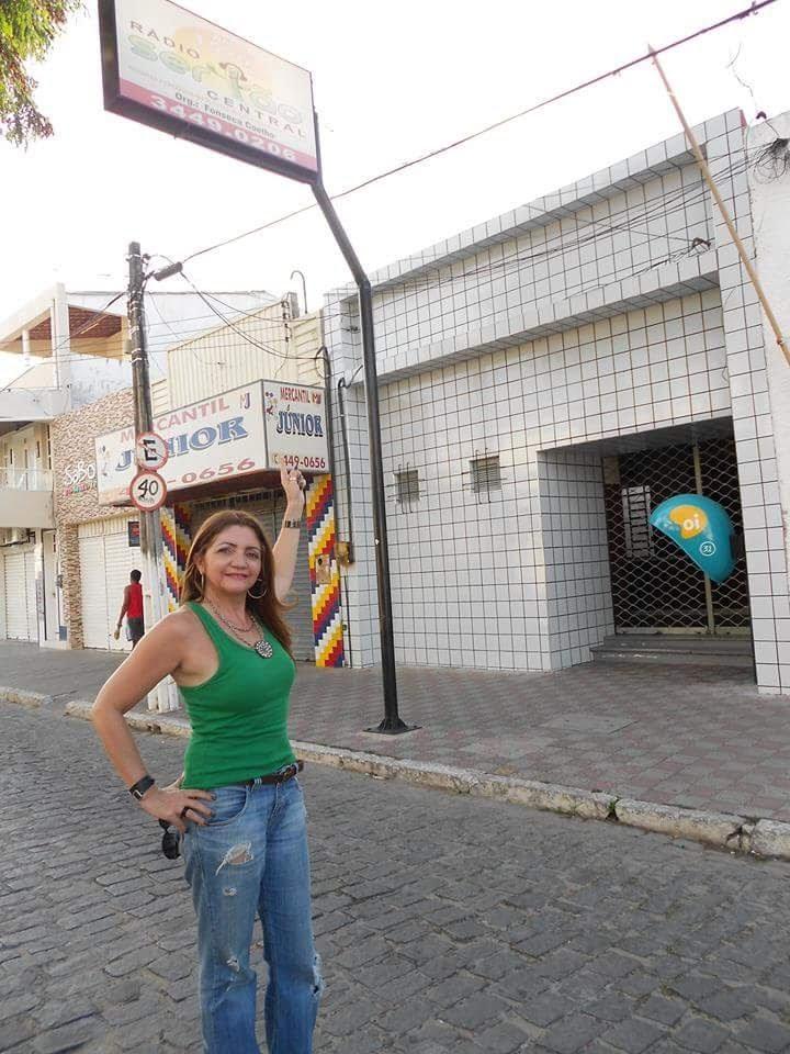 Ian Gomes em frente à Rádio Sertão Central, onde começou sua carreira
