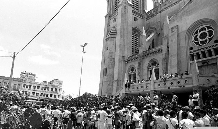 Flagelados em frente à Catedral de Fortaleza_Delfin Vieira