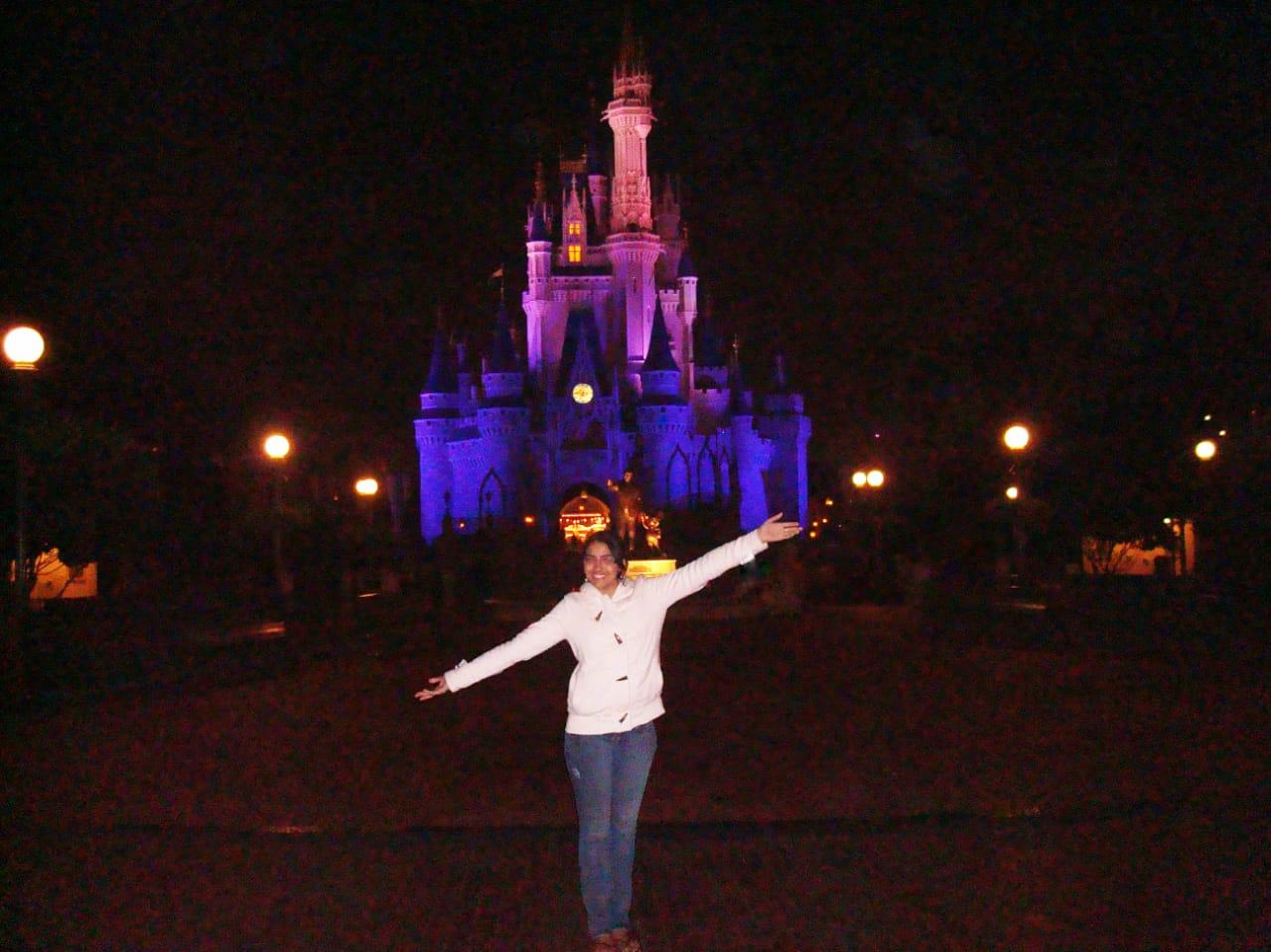 Lívia Prata em frente ao famoso Castelo da Disney