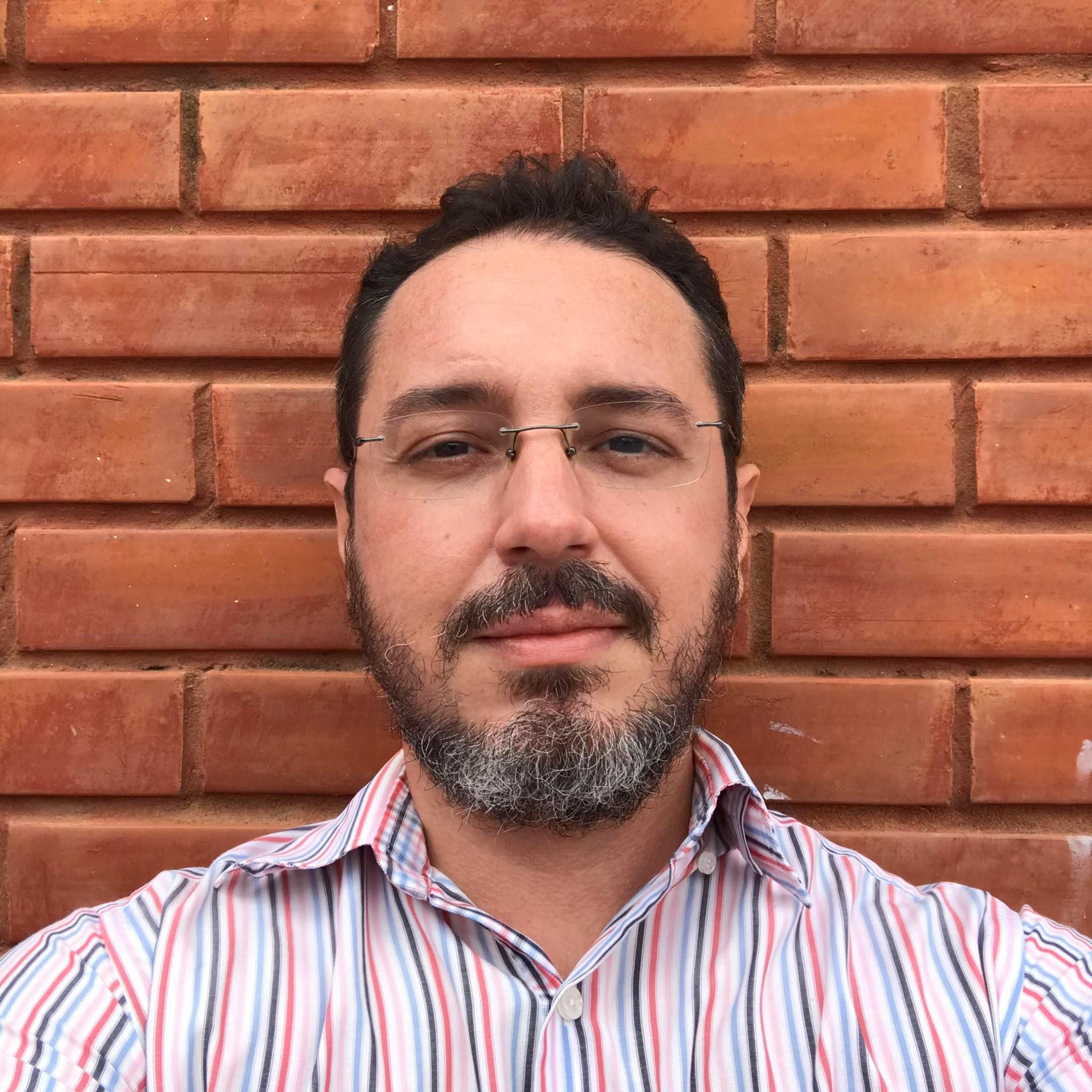 Retrato do jornalista Emmanuel Montenegro