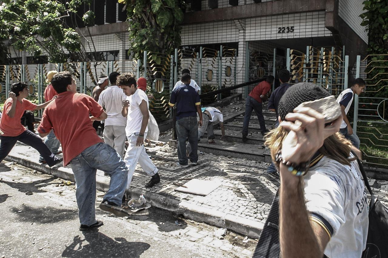 Estudantes apedrejando o gabinete do então prefeito de Fortaleza, Juraci Magalhães